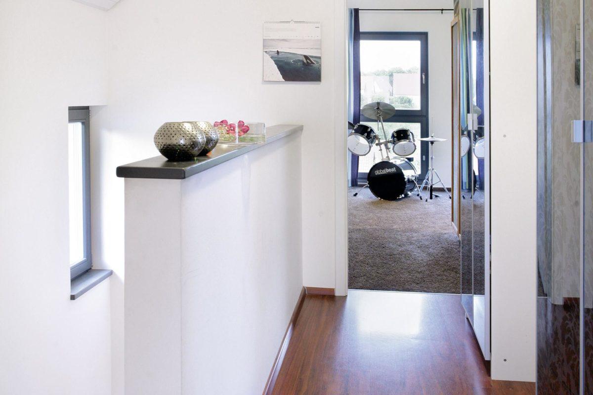 Plan E 15-125.1 - Ein weißer Kühlschrank mit Gefrierfach sitzt in einem Gebäude - SchworerHaus KG