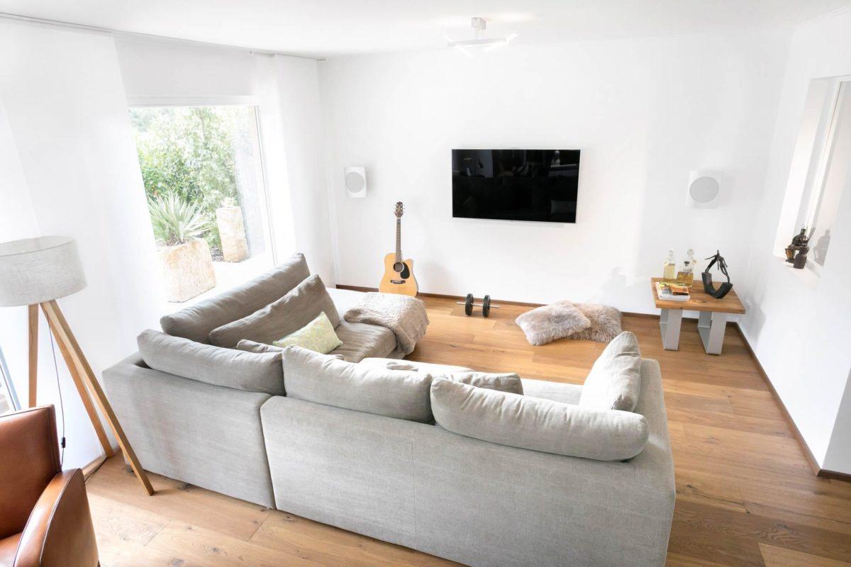 Kundenhaus Günzel - Ein Wohnzimmer mit Möbeln und einem Kamin - Interior Design Services