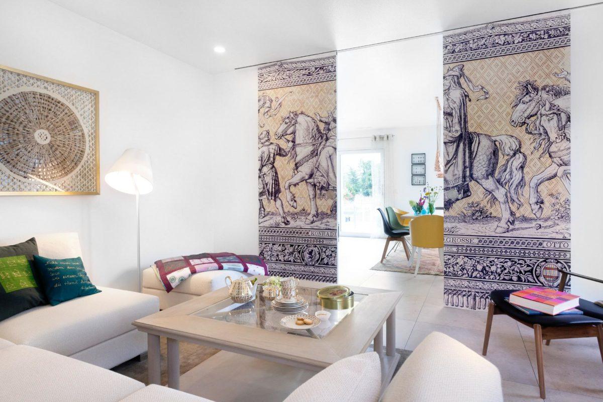 Musterhaus Dresden - Ein Wohnzimmer mit Möbeln und einem Tisch - SchworerHaus KG