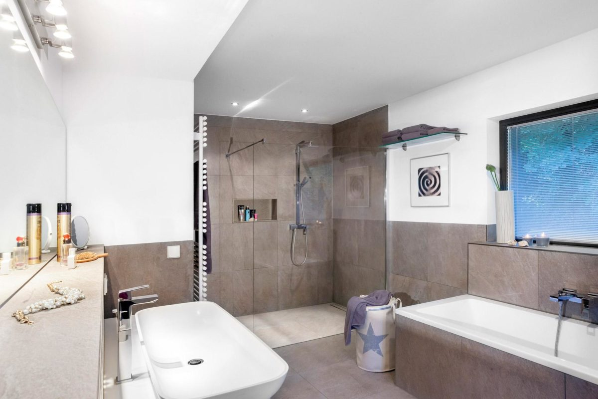 Schöner Wohnen Haus - Ein zimmer mit waschbecken und spiegel - Bad