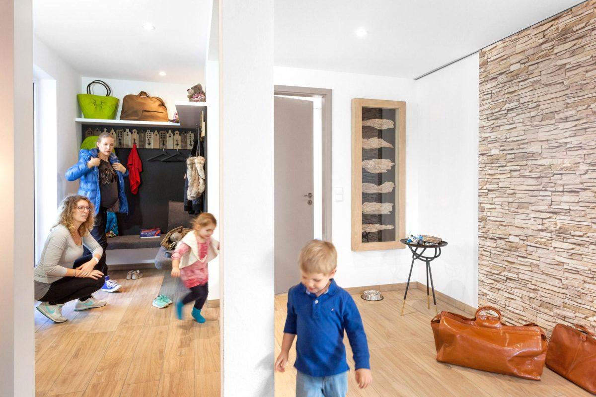 Musterhaus Günzburg - Ein kleiner Junge, der in einem Raum steht - SchworerHaus KG