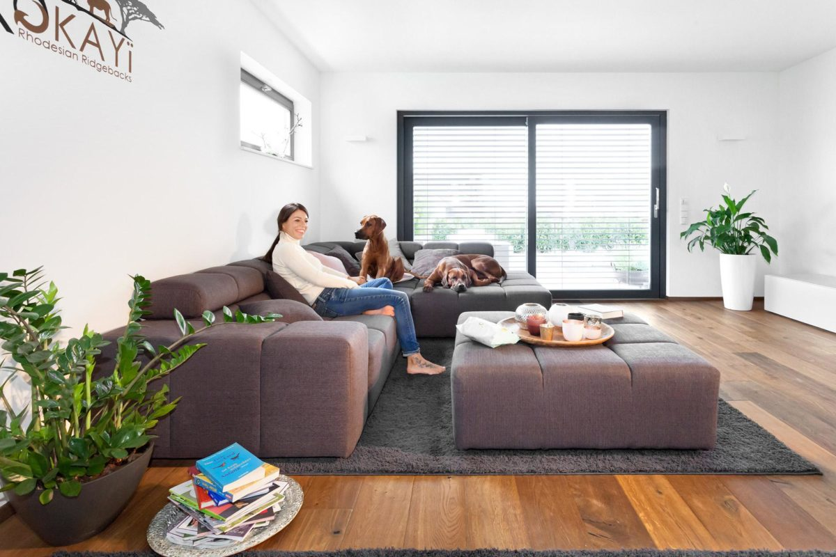 Haus Groh - Eine Person, die in einem Wohnzimmer sitzt - Wohnzimmer