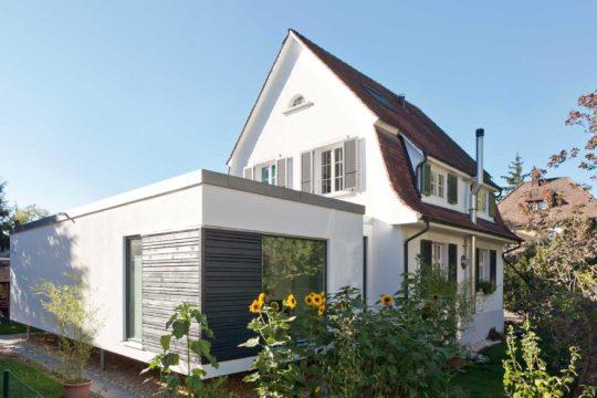 Plan F 10-042.3 - Ein haus mit büschen vor einem gebäude - Family Home Verlag GmbH