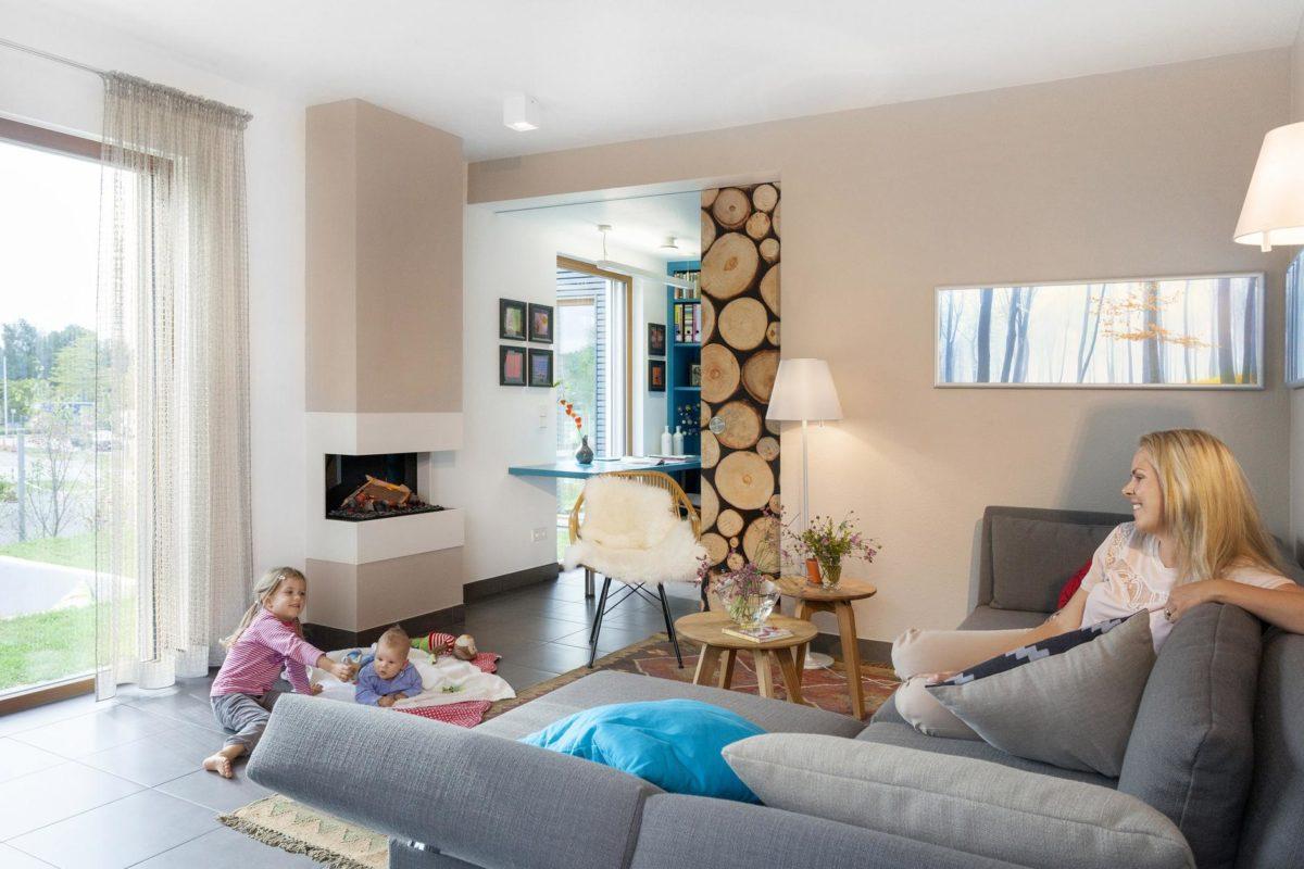 Schwörer Haus Musterhaus Villingen-Schwenningen - Eine Person, die in einem Wohnzimmer sitzt - SchwörerHaus KG Musterhaus Villingen-Schwenningen