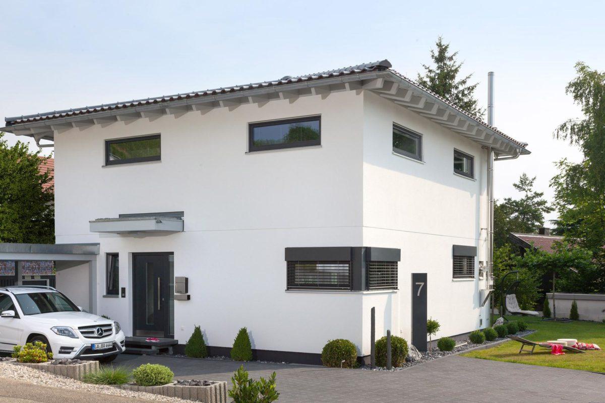 Haus Buser - Ein Auto vor einem Haus geparkt - SchworerHaus KG
