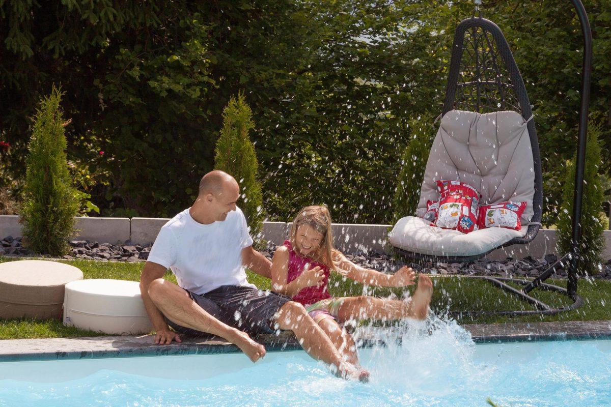 Haus Buser - Ein Mann in einem Wasserbecken - Schwimmbad