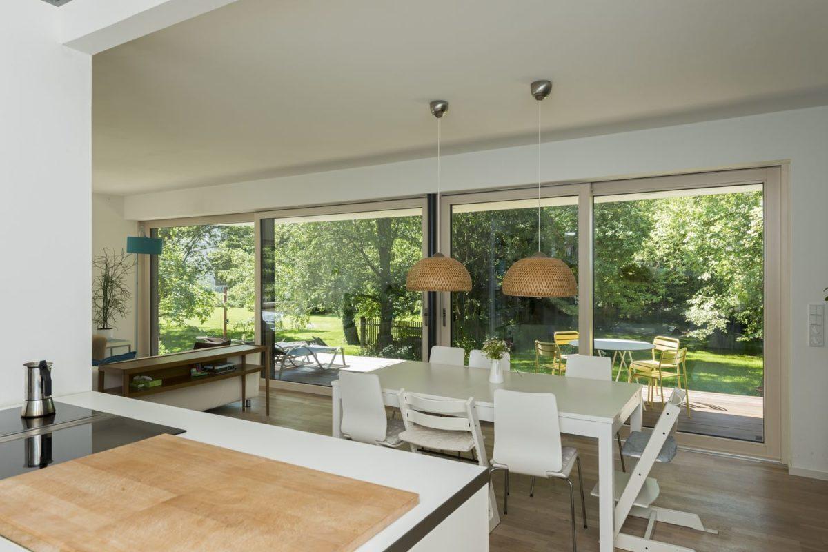 Haus Herold - Ein Wohnzimmer mit Möbeln und einem großen Fenster - Haus