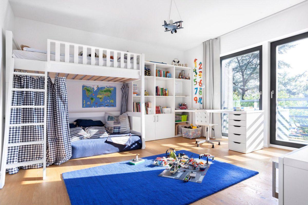 Schöner Wohnen Haus - Ein Schlafzimmer mit einem großen Fenster - Fertighaus