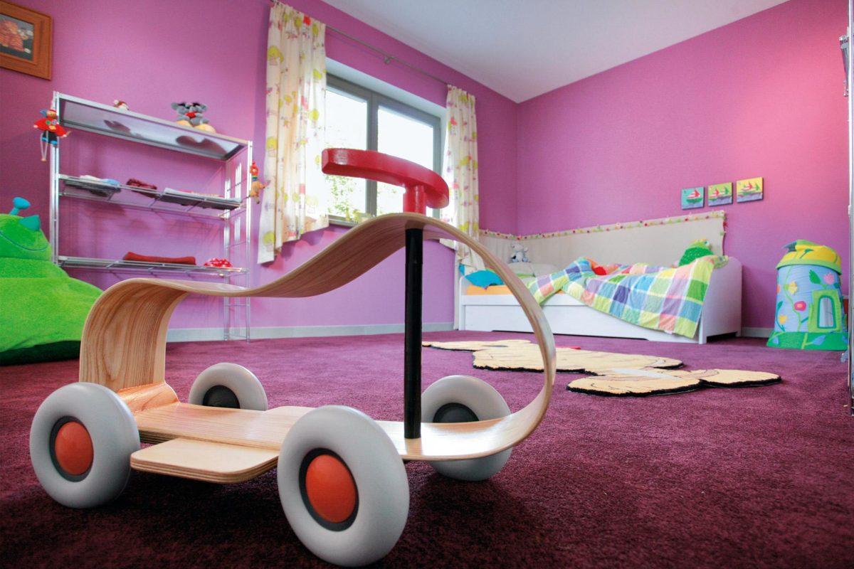 Plan E 20-182.1 - Ein Mädchen in einem rosa Raum - Schw SchwarzerHaus KG Musterhaus Wadern-Nunkirchen