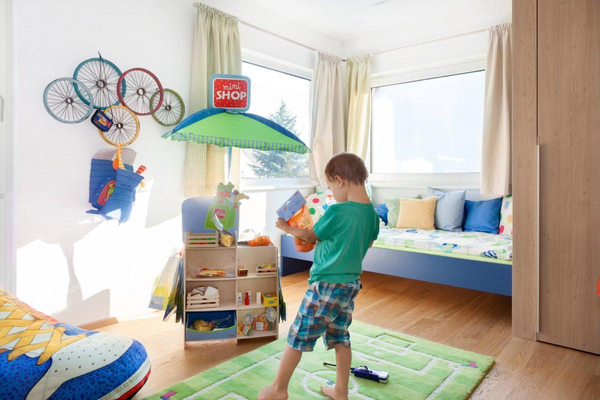 Musterhaus Dresden - Ein kleiner Junge, der in einem Raum steht - SchworerHaus KG