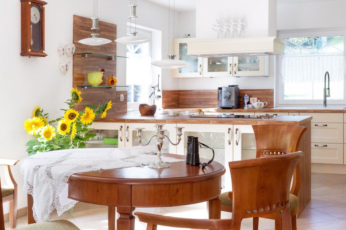 Kundenhaus Meyer-Elicker - Ein Esstisch - Küche