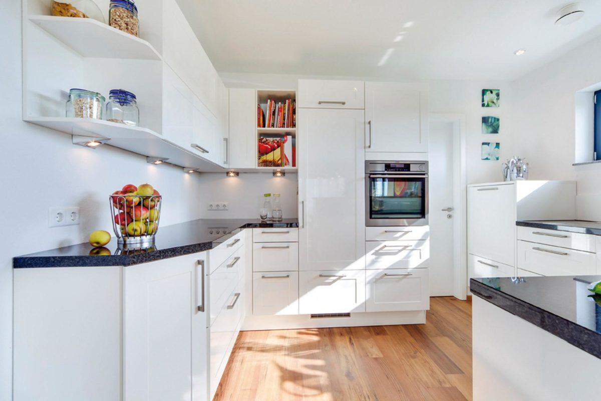 Plan E 15-164.1 - Ein weißer Kühlschrank mit Gefrierfach sitzt in einer Küche - SchworerHaus KG