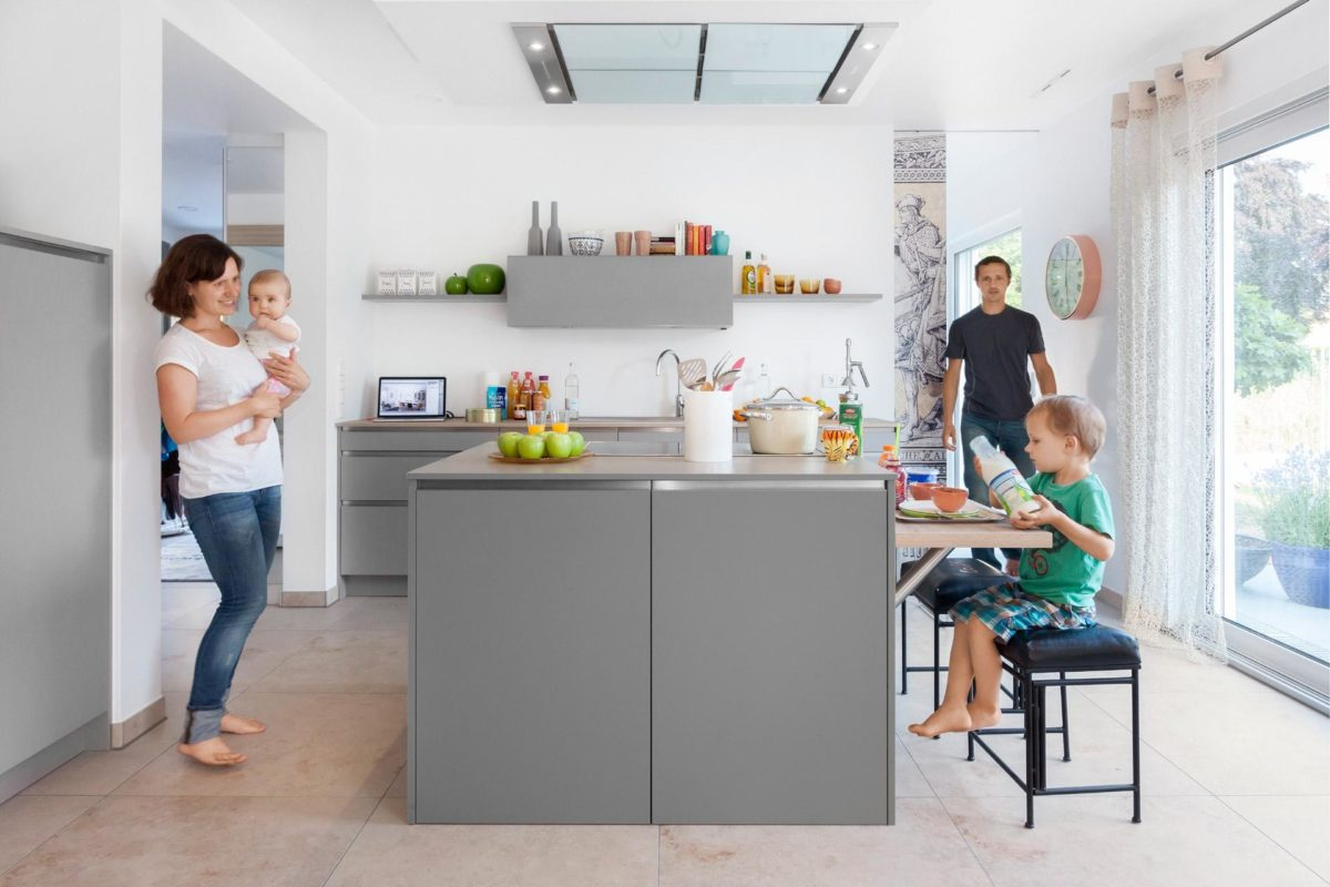 Musterhaus Dresden - Ein Mann und eine Frau stehen in einem Raum - Küche