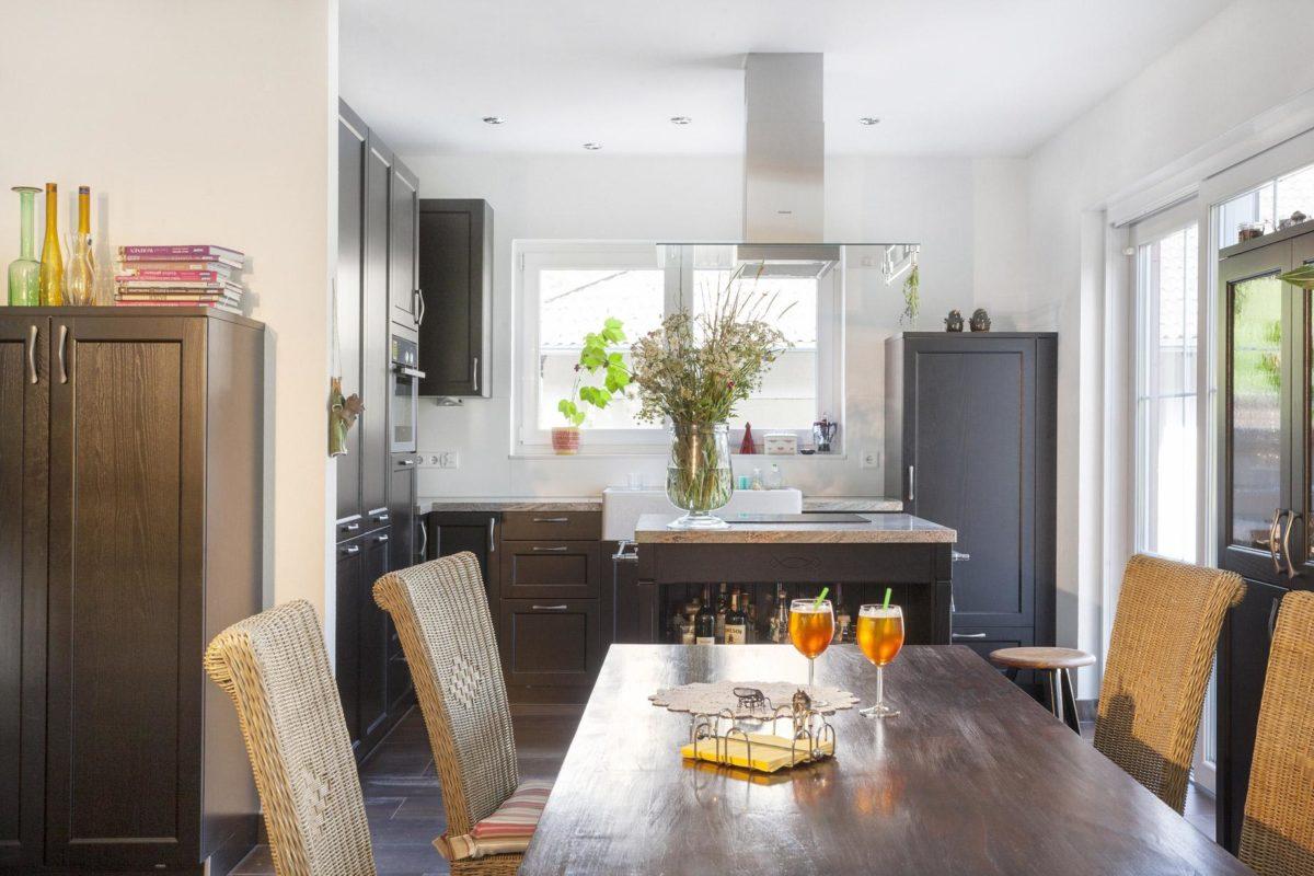 Haus Hälker - Ein Wohnzimmer mit Möbeln und Blumenvase auf einem Tisch - Küche