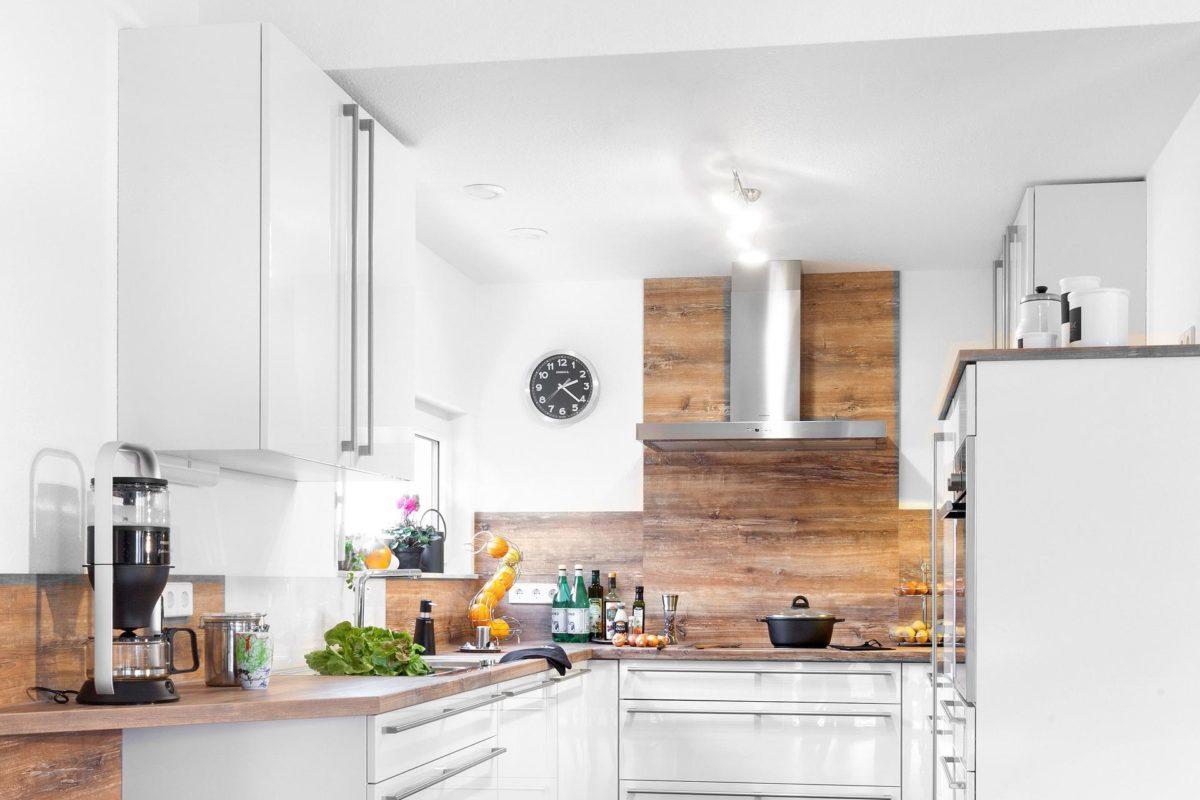 Haus Noller - Eine Küche mit Herd und Kühlschrank - Küche