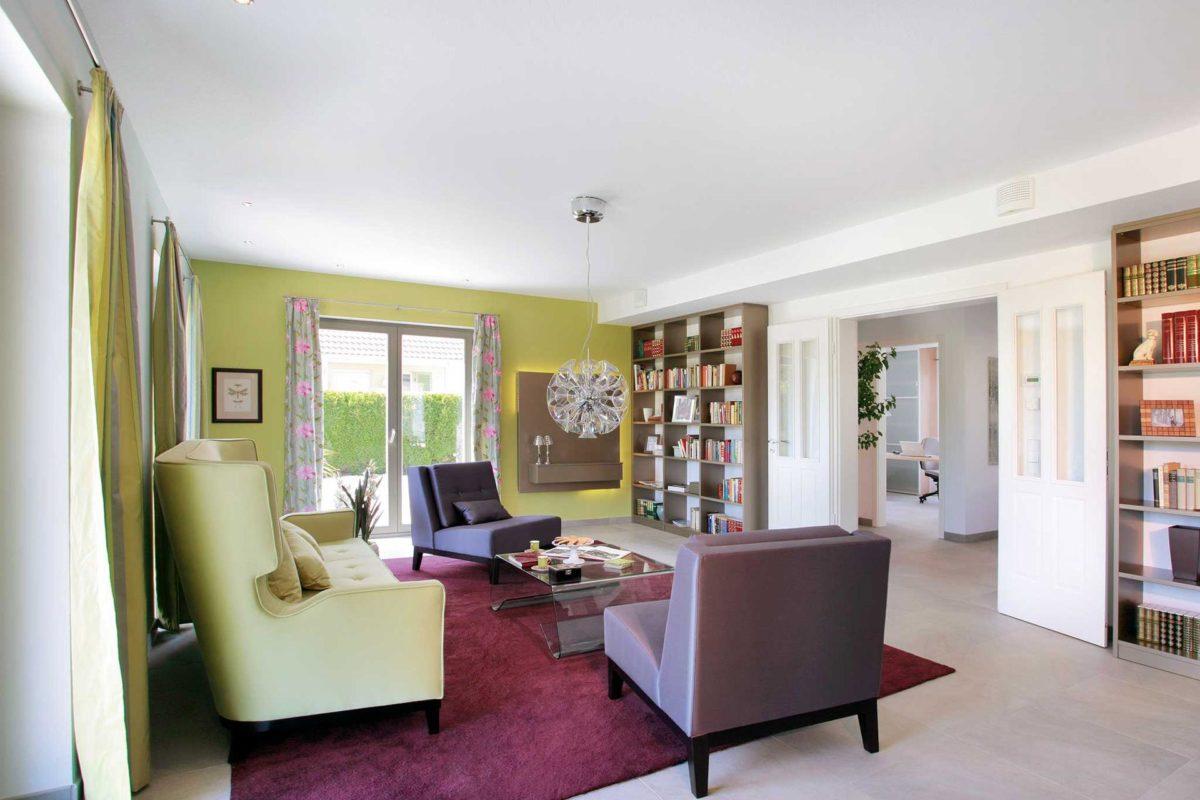 Plan E 20-182.1 - Ein Wohnzimmer mit Möbeln und einem großen Fenster - Schw SchwarzerHaus KG Musterhaus Wadern-Nunkirchen