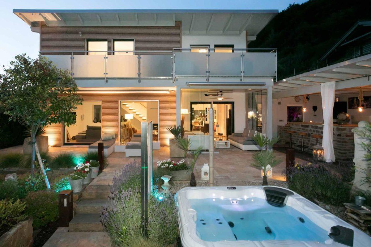Kundenhaus Günzel - Ein großes weißes Gebäude - Garten- und Landschaftsbau Kreativ-Bau Weber & Blasweiler GbR