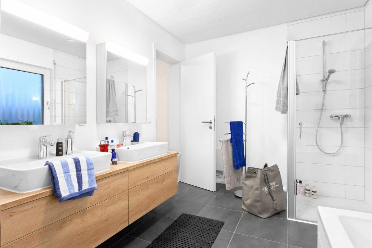 Haus Noller - Eine Küche mit einem Waschbecken und einem Spiegel in einem Raum - Haus