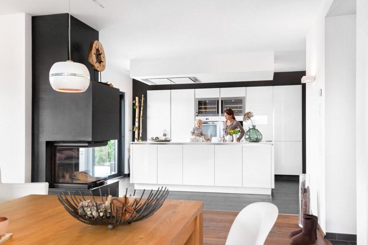 Haus Groh - Ein Wohnzimmer mit Möbeln und einem Kamin - Bauhaus
