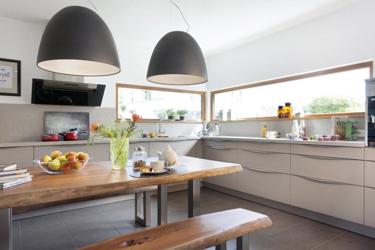 Schwörer Haus Musterhaus Villingen-Schwenningen - Eine Küche mit einem Esstisch - Küche