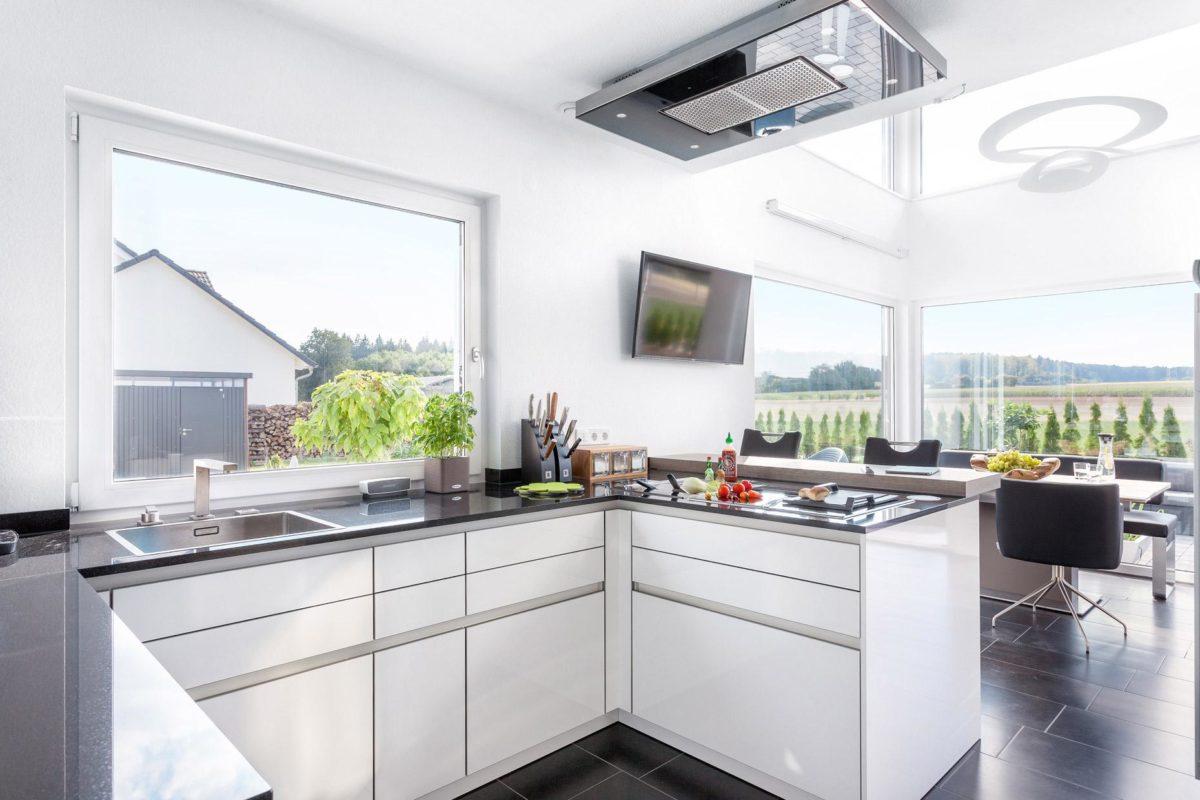 Haus Triebner - Eine küche mit waschbecken und fenster - Fertighaus