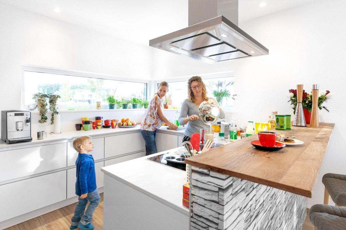 Musterhaus Günzburg - Eine Person, die in einer Küche steht - Haus zeigen