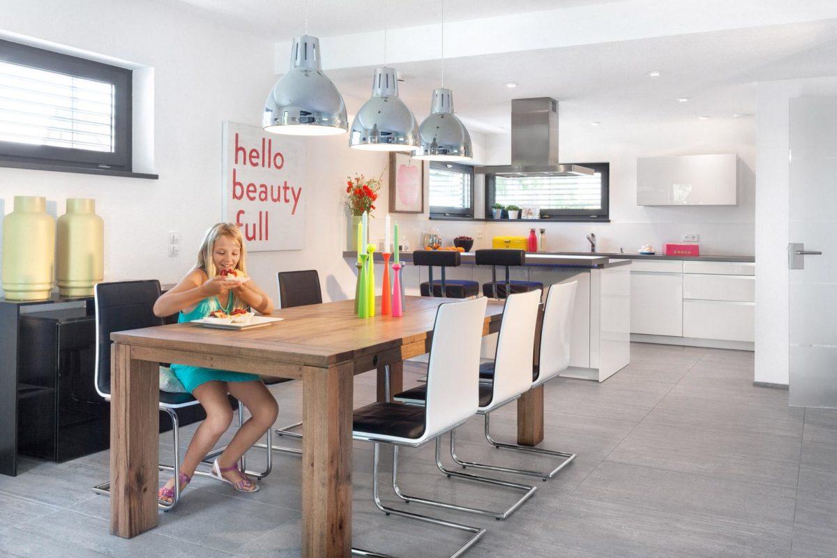 Haus Buser - Eine Küche mit einem Tisch in einem Raum - SchworerHaus KG