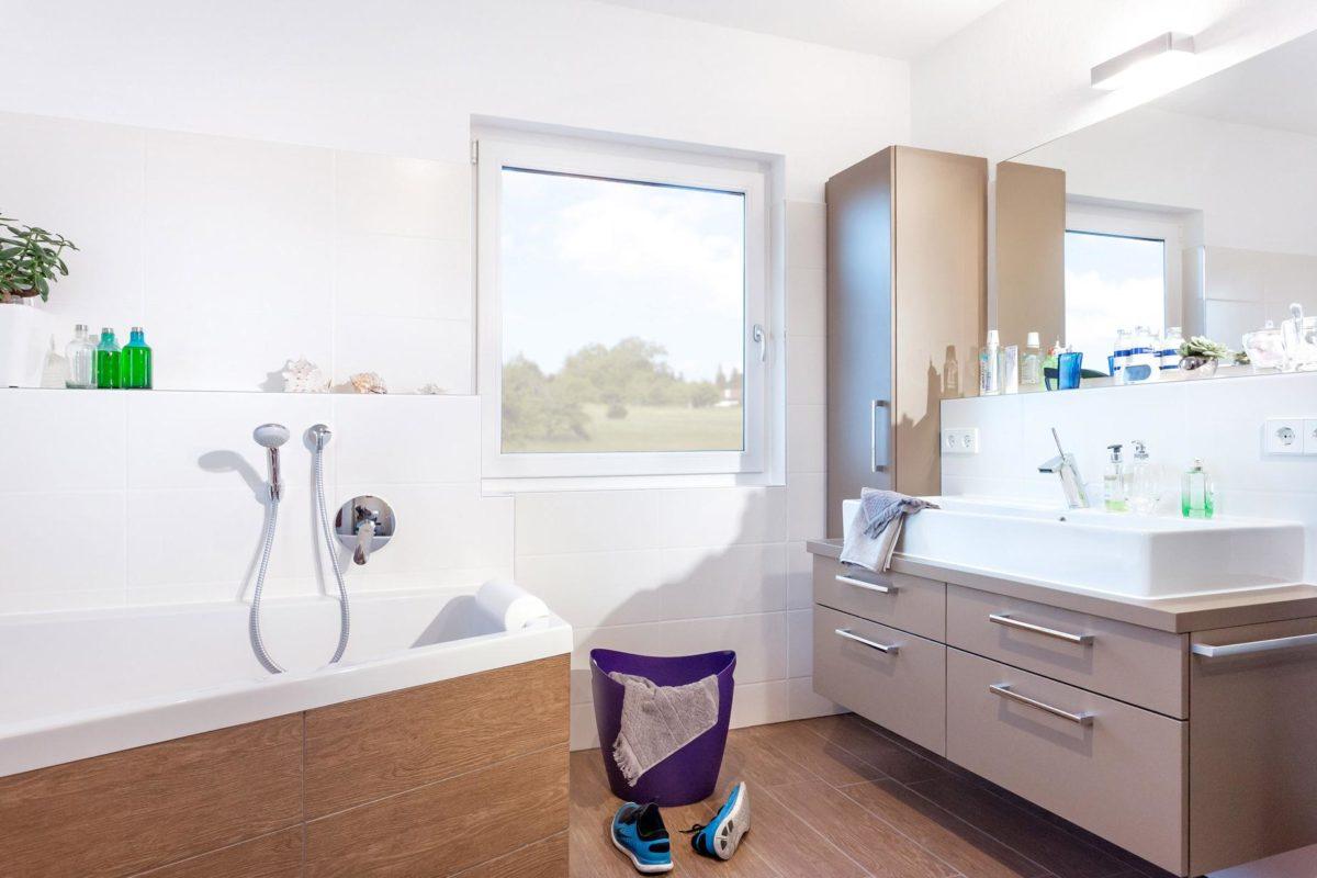 Haus Triebner - Ein zimmer mit waschbecken und fenster - Bad