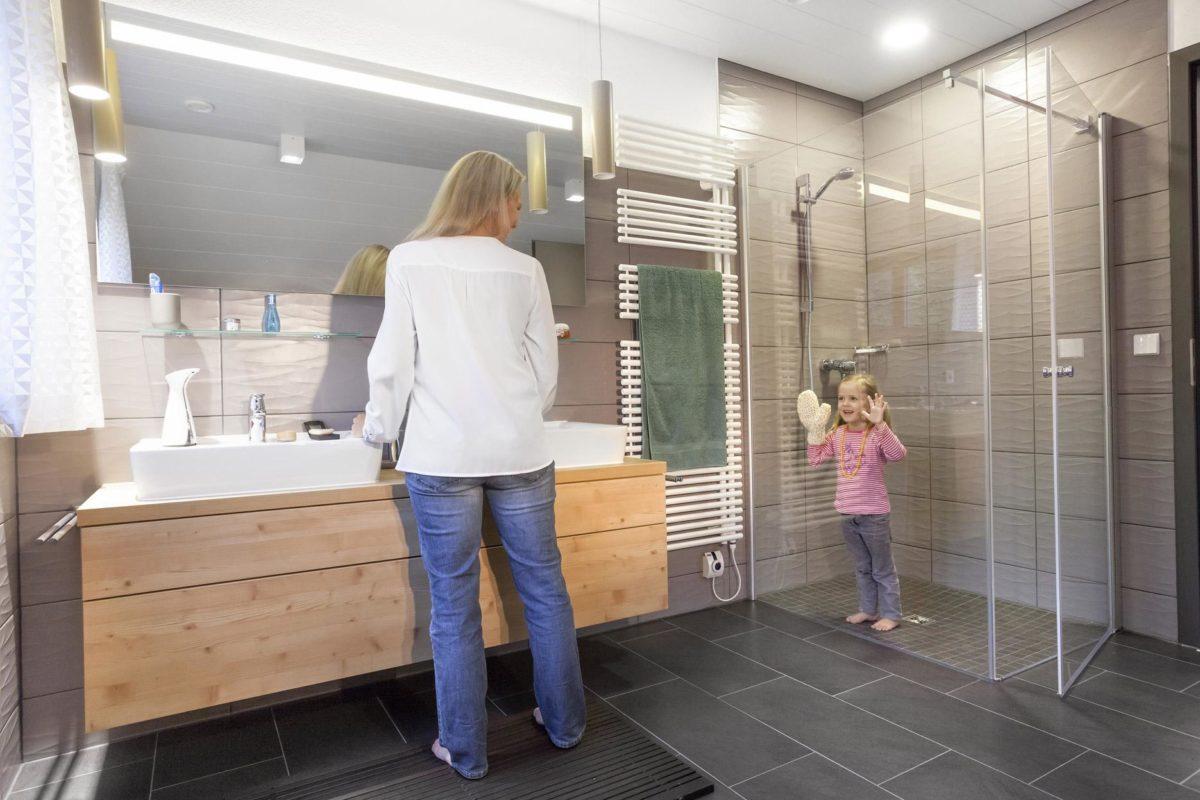 Schwörer Haus Musterhaus Villingen-Schwenningen - Eine Gruppe von Menschen, die in einem Raum stehen - SchworerHaus KG