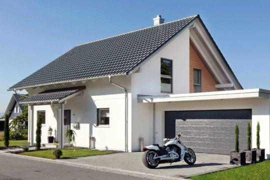 Plan E 15-146.1 - Ein Motorrad vor einem Haus geparkt - Haus