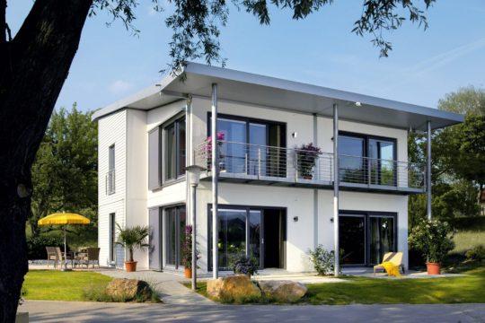 Plan E 15-156.1 - Ein großes Backsteingebäude mit Gras vor einem Haus - SchworerHaus KG