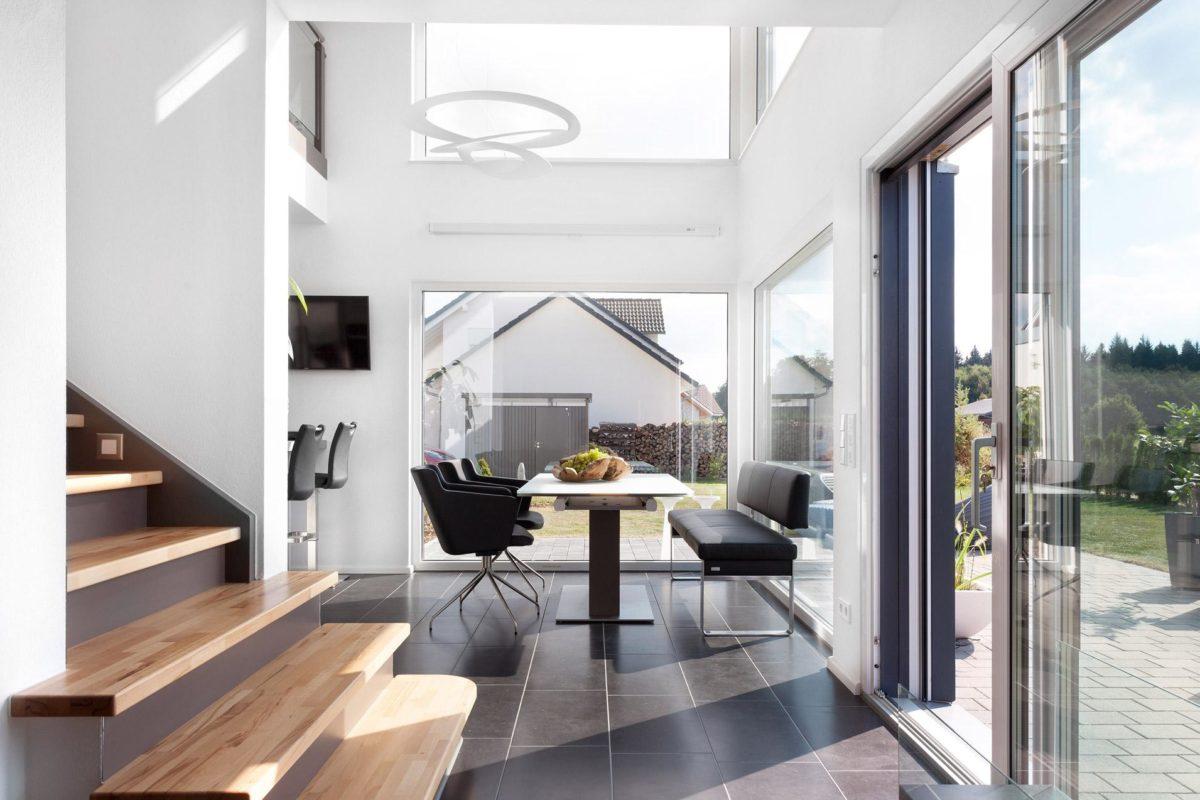 Haus Triebner - Ein Wohnzimmer mit Möbeln und einem großen Fenster - Haus