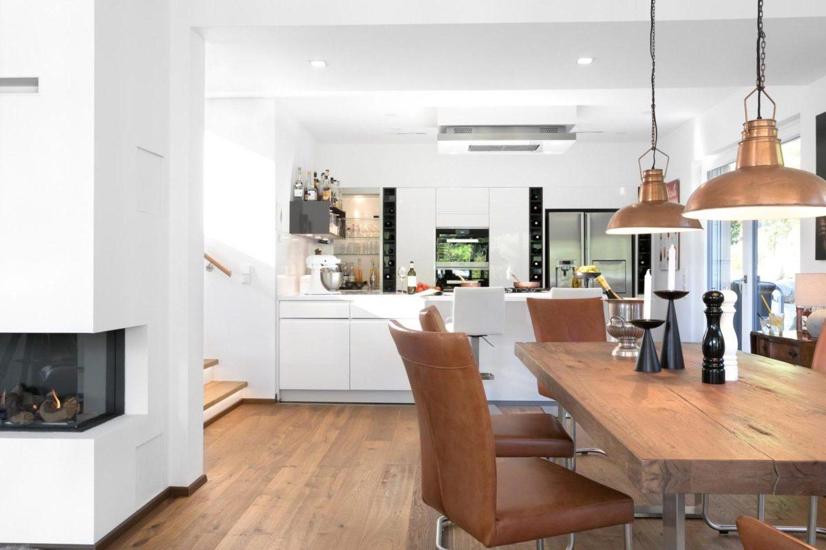 Kundenhaus Günzel - Eine Ansicht eines mit Möbeln und einem Kamin gefüllten Wohnzimmers - Interior Design Services