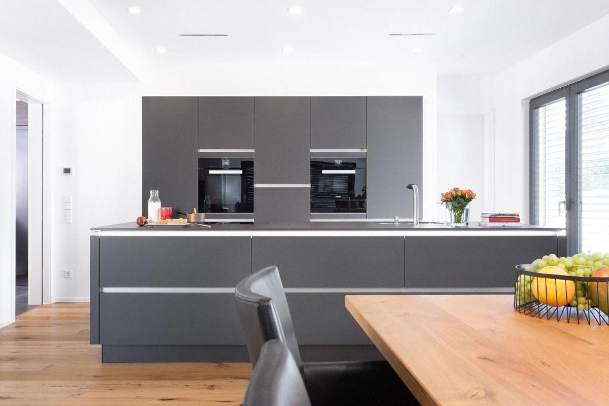 Kundenhaus Rimsa/Heck - Ein Wohnzimmer mit Möbeln und einem Flachbildfernseher - Küche