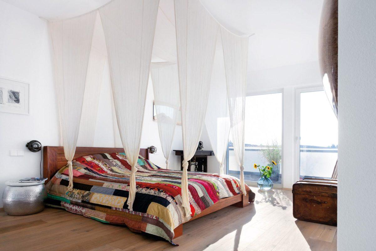 Plan E 10-225.1 - Ein Schlafzimmer mit einem Bett in einem Raum - Baldachin