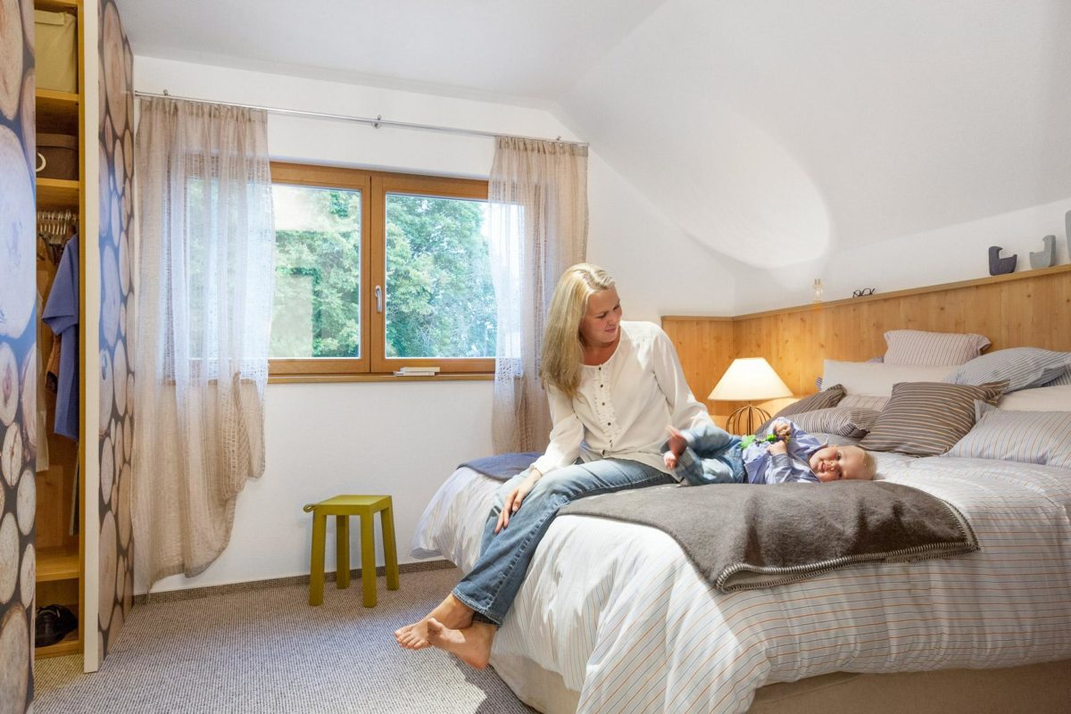 Schwörer Haus Musterhaus Villingen-Schwenningen - Eine Person, die auf einem Bett in einem Raum liegt - SchworerHaus KG
