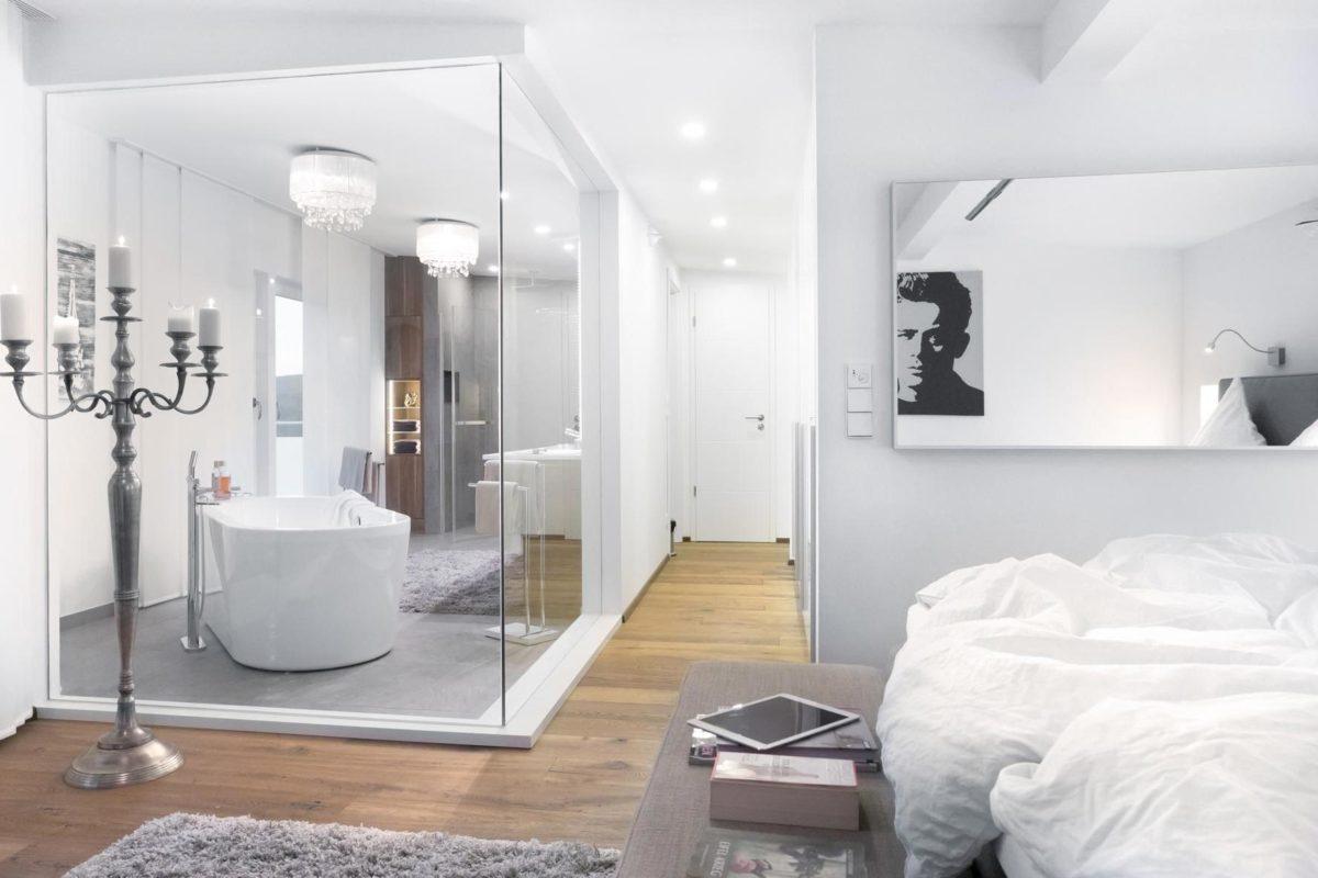Kundenhaus Günzel - Ein großes weißes Bett in einem Raum - Interior Design Services