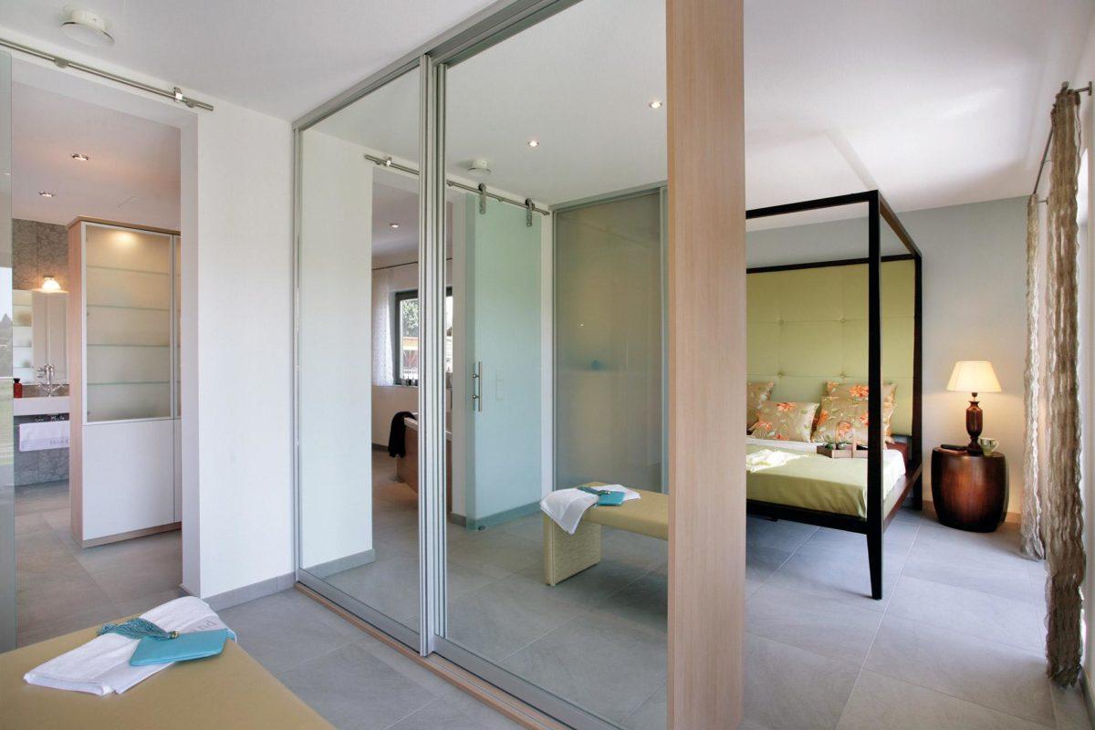 Plan E 20-182.1 - Ein Schlafzimmer mit einem Bett und einem Spiegel - Schw SchwarzerHaus KG Musterhaus Wadern-Nunkirchen