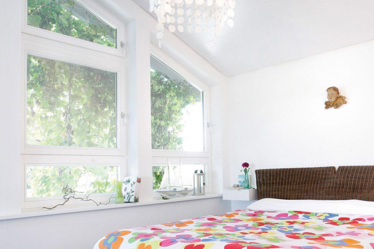 Plan E 15-143.1 - Ein Schlafzimmer mit einem großen Fenster - Fertighaus