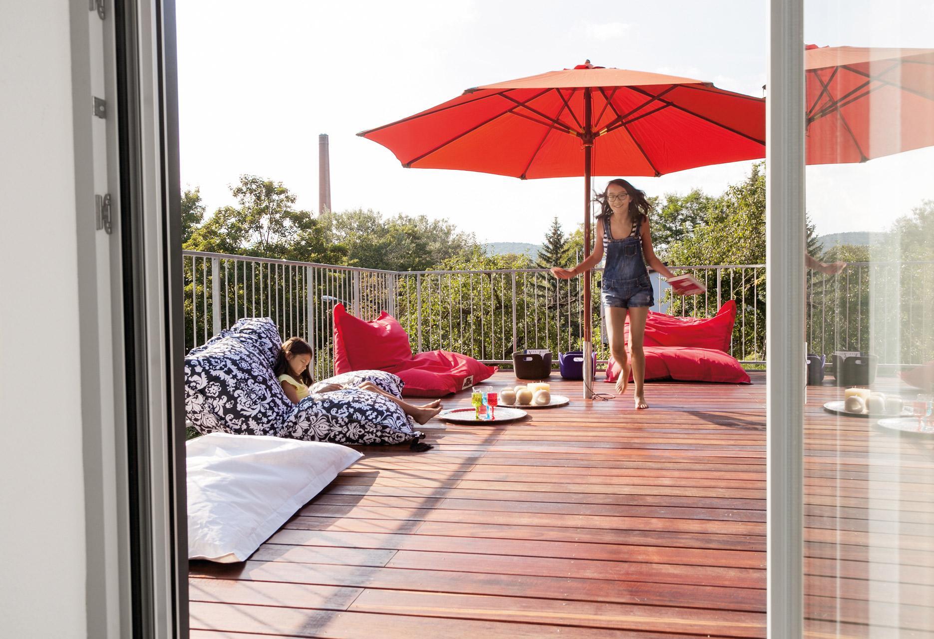 Plan E 20-186.1 - Ein großer roter Regenschirm sitzt vor einem Fenster - Umgebung