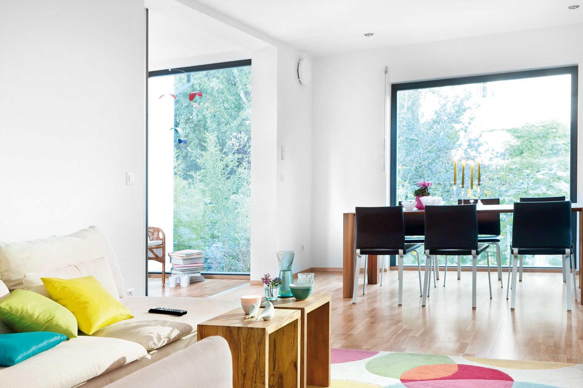 Plan F 10-042.3 - Ein Wohnzimmer mit Möbeln und einem großen Fenster - SchworerHaus KG
