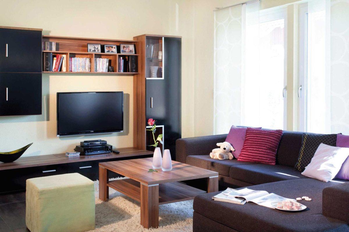Plan E 15-145.1 - Ein Wohnzimmer mit Möbeln und einem Flachbildfernseher - Die Architektur