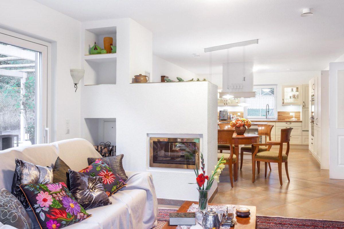 Kundenhaus Meyer-Elicker - Ein Wohnzimmer mit Möbeln und einem großen Fenster - SchworerHaus KG