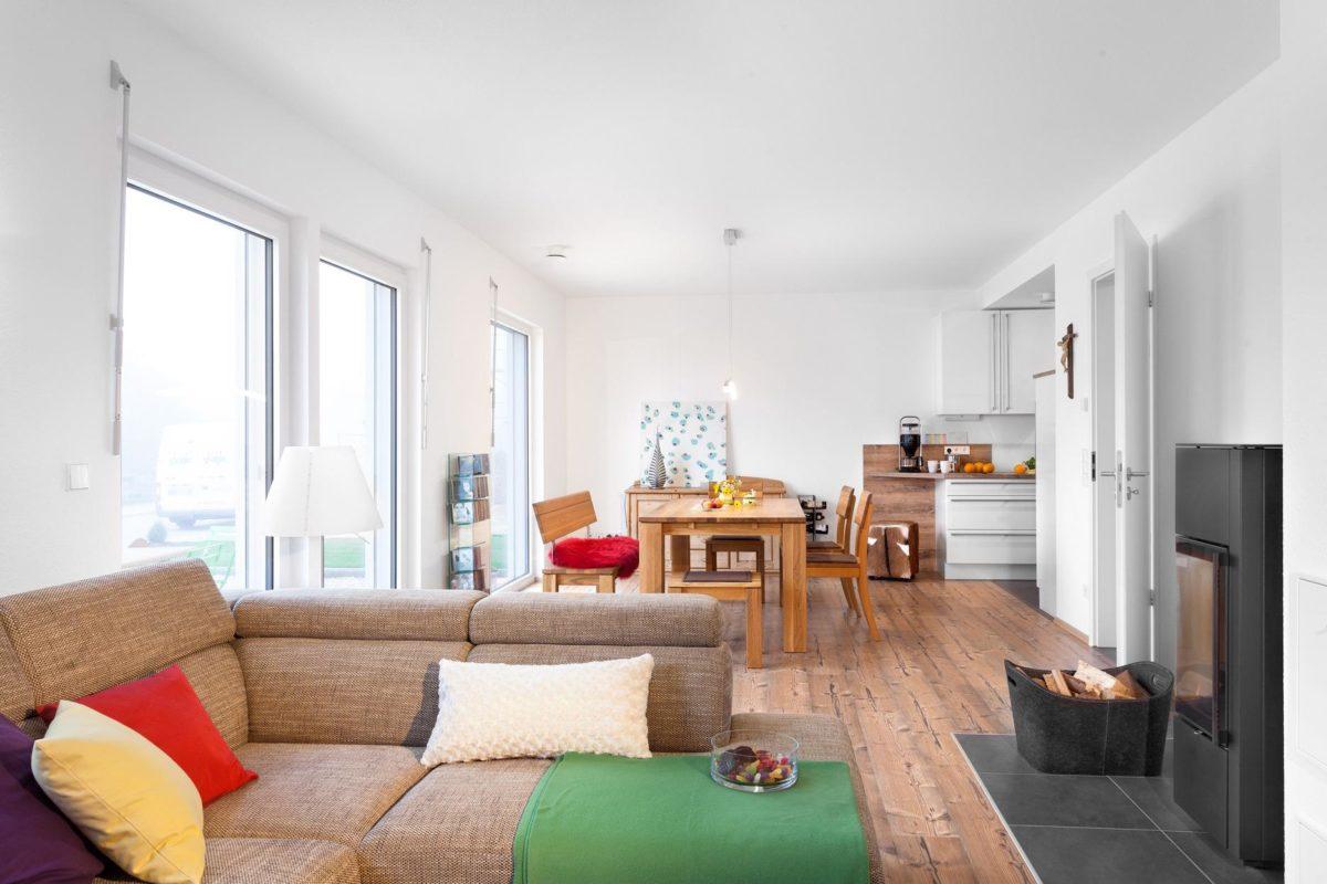 Haus Noller - Ein Wohnzimmer mit Möbeln und einem Flachbildfernseher - SchworerHaus KG