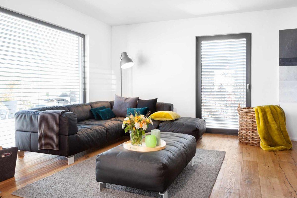 Kundenhaus Rimsa/Heck - Ein Wohnzimmer mit Möbeln und einem großen Fenster - Fensterabdeckung