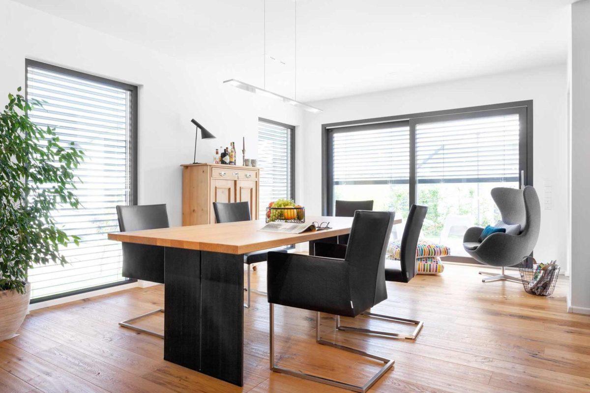 Kundenhaus Rimsa/Heck - Ein Wohnzimmer mit Möbeln und einem großen Fenster - Interior Design Services