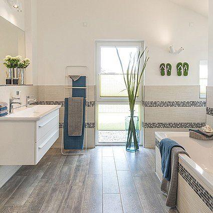 Musterhaus Lanos Wien - Eine küche mit waschbecken und fenster - Haus zeigen
