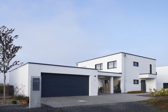 Kundenhaus Frankfurt - Eine Person, die vor einem Haus in die Luft springt - Haus
