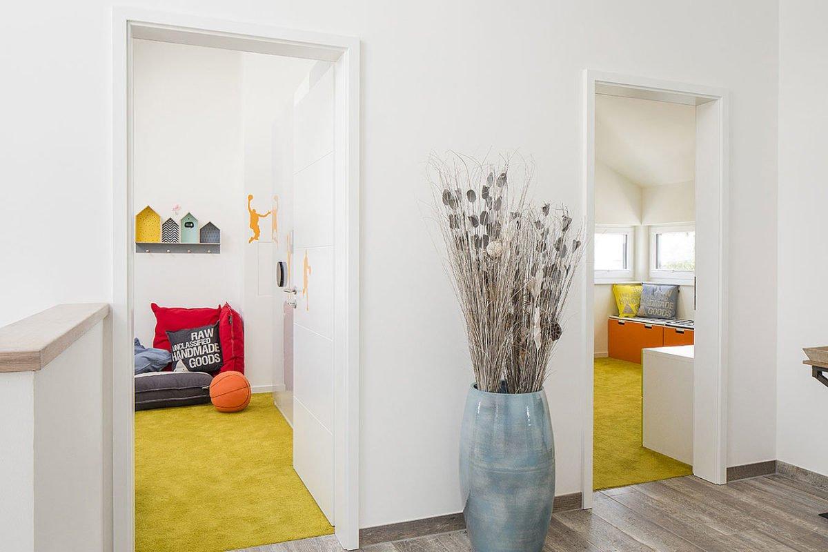 Musterhaus Lanos Wien - Ein Raum voller Möbel und Blumenvasen auf einem Tisch - Interior Design Services