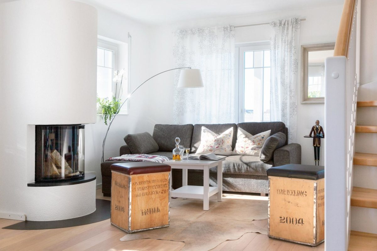 Plan E 15-123.2 - Ein Wohnzimmer mit Möbeln und einem Kamin auf einem Stuhl - Wohnzimmer